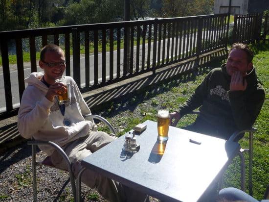 Zsombor és Laci a vasárnap reggeli megérdemelt sörével.