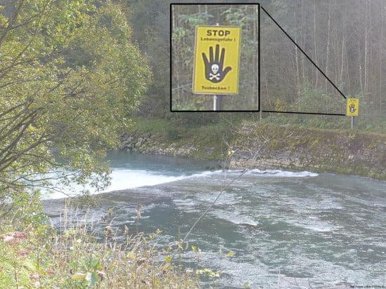 Veszélyre figyelmeztető tábla kajakosoknak