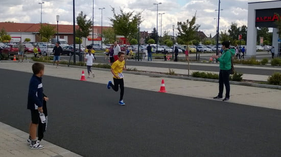 Somi bíztatja Barnit a verseny közben