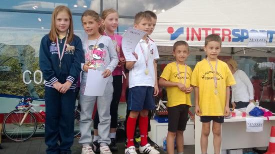 Somi osztálya, 2/b. Ők nyerték meg a lány és a fiú csapatversenyt is.