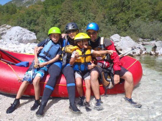 A család rafting túrán.