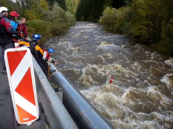 Feladat: a másik parton van 2 evező. Van ember is, de vízen áthozni nem biztonságos. Hozzád át ide az evezőket, de a kötelet átdobni nem tudod, mert túl széles a folyó.