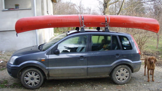 Ez egy apró autó, mégis szállítható rajta egy kenu vagy egy tengeri kajak is.