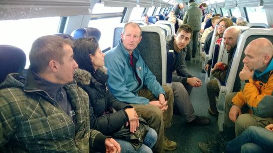 Andrew paráztatja a kajakosokat a vonaton. Defereggenbach, hmm? Útról nézve hányas?