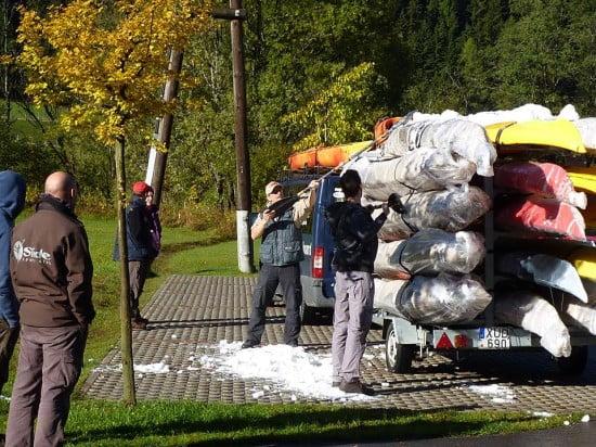 Rájöttünk, hogy a kerék azért volt annyira lapos, mert több száz kg hó és olvadt hólé volt pluszban a kajakokon és a csomagolásban.