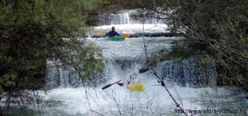 Az osztrák Hinterwildalpenbach patakon örülünk is a sok-sok apró kis gátnak