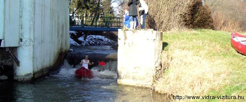 Egy esetleges úszás utáni megfázás még belefér egy januári evezésnél ha ott a gát