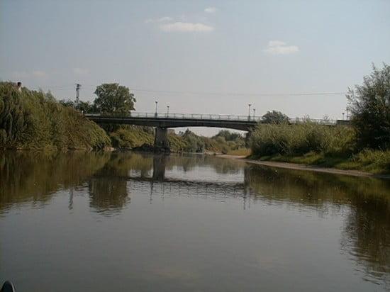 A képen a híd látható. A híddal van egy kis probléma: a híd alja tele van szemetelve beton és acéldarabokkal. Kis víznél a jobb oldali hídláb mellett jobbra menj el!