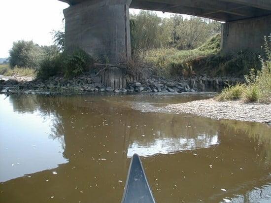 A híd jobb oldalli lába mellett el tudsz menni anélkül, hogy sérülne a kenu alja. A híd után a bal prton ideális pihenőhely. Ha továbbmentek maradjatok a jobb oldalon, arra mélyebb a víz.