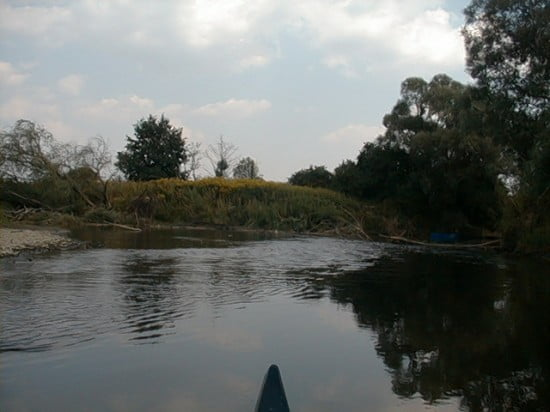 Itt kettéágazik a folyó. Bal ágon kell továbbhaladni.