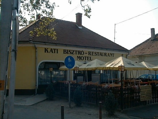 A csákánydoroszlói Kati Vandéglő a benzinkúttal szemben van pontosan. Vacsorázni ideális hely. Az árak elfogadhatóak. Időben érjetej oda, mert fél 10 után nincs meleg étel.