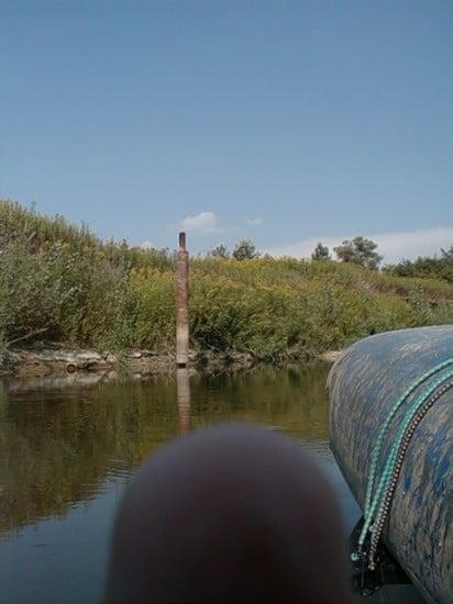 A rőzsegát előtt 3 km-re a bal part mellett a vízben lesz egy nagy acéloszlop, ami a magassága miatt mindig kilátszik a vízből. Ezalatt majdnem egy km-re a bal parton van egy színes tetejű ház, amiben méhek vannak. Innnen már általában érezhető a körmendi rőzsegát hatása, a víz mintha állna.