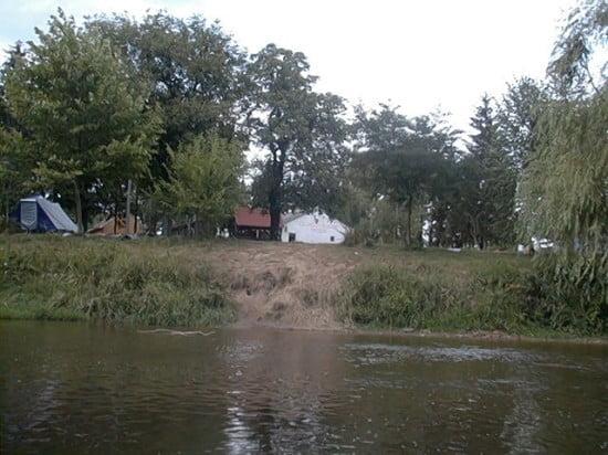 A Molnaszecsődi táborhely a vízről.