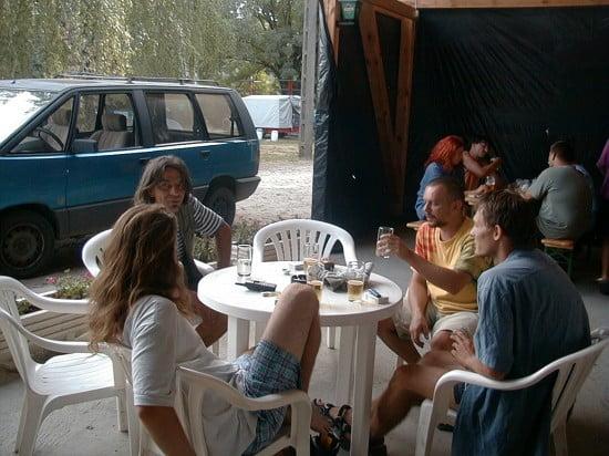 A Molnaszecsődi Árvíz Presszóban szórakozunk éppen. A poharak számáról látható, hogy a buli éppen most kezdődött. A kép bal oldalán Somo, tőle jobbra Jimmy (ők ketten a Rába arcaihoz tartoznak, róluk és a malomról majd később írok), háttal Gergő, és Zsombor ül. Akik voltak már velünk túrázni, őket ismerik.