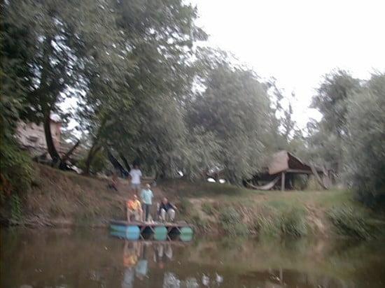 A Molnaszecsődi Malom. A híd alatt van 300 m-re a bal parton. A Bayou Bönhő (30/9162232) baráti társaság szárazföldi bázisa csodálatos környezetben. Sajnos a kép nem lett túl jó minőségű. A csapat tagjai igazán érdekes emberek. Életük a Rába, időjárástól, évszaktól függetlenül folyamatosan vízen vannak. Saját maguk által készített kenukkal járják a vízeket. A minden évben megrendezésre kerülő Rába Maraton az őszervezésük. A Rába maratonról röviden: szeptember elején kerül megrendezésre, Szentgotthárd - Körmend (eddig időre) - Molnaszecsőd szakaszon. Kategóriák: túrakenu 1/2/3/4, túrakajak 1/2. Bővebb információ: 30/9162232, 30/3775202.