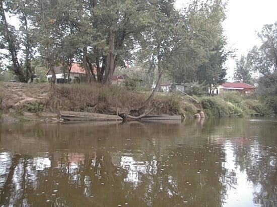 Közvetlenül a patak torkolata alatt van ez a két ház. A Hollósi kanyar előtt vagyunk párszáz méterrel.