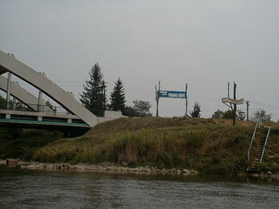 A híd előtt a jobb parton a Viking Táborhely kikötője.