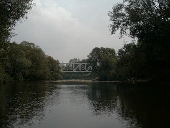 Az előbb említett öblös rész alatt 150 m-re van a Pécs-Szombathely vasútvonalhoz tartozó vasúti híd. 127,5 fkm. A híd előtt maradj a bal oldalon, majd utánna menj át a jobbra a mélyebb víz miatt. A híd után a bal parton horgásztanya.
