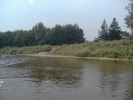 A híd előtt bal parton lévő táborhely a vízről.