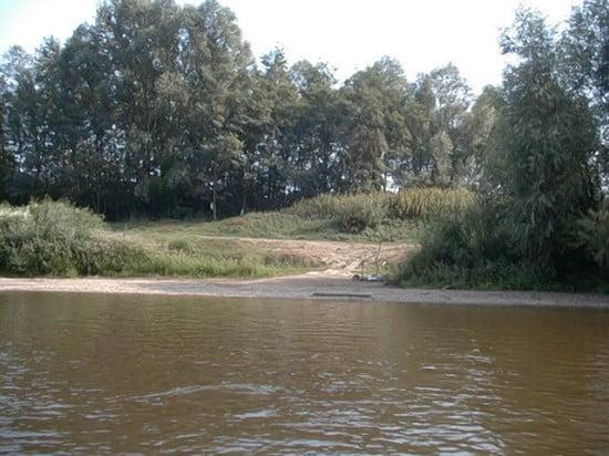 A híd után jobb parton lévő táborhely a vízről.