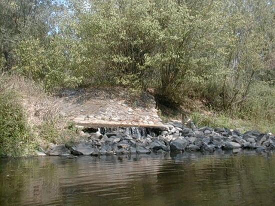 A Gyöngyös patak torkolata a bal oldalon.