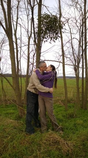 Bár Karácsony már elmúlt, de csókolni most is lehet fagyöngy alatt.