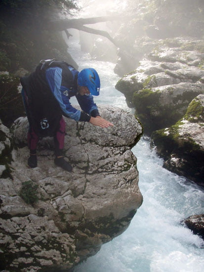 Gábor a szabályos fejesugrást mutatja be a kanyon bejáratánál.