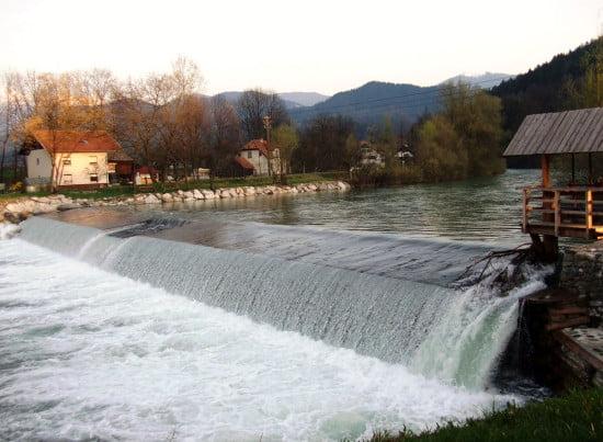Ez itt a Prodnik Sport Centrum gátja. Elővigyázatossággal evezendő, mert magas víznél fogós lehet a henger.