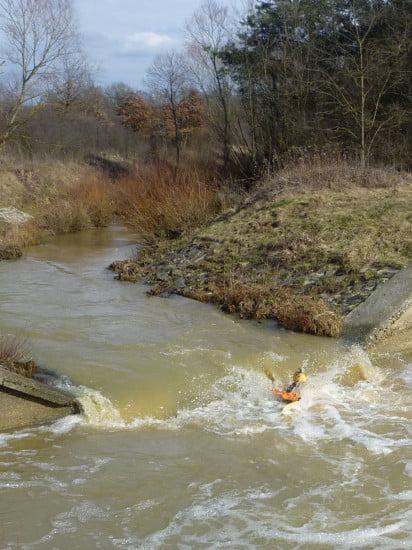 A mesterséges beton lépcsők vadvíz jelleget kölcsönöznek a pataknak.