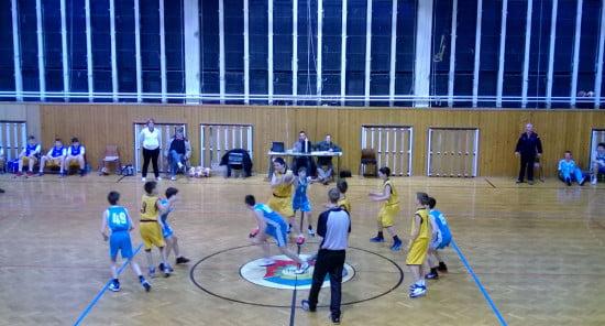 Délutáni program. Kosárlabda meccs. Középen Barnus 5-ös mezben.