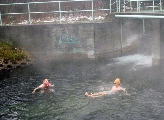 Téli fürdőzés a Hévíz-patakban túra előtt.