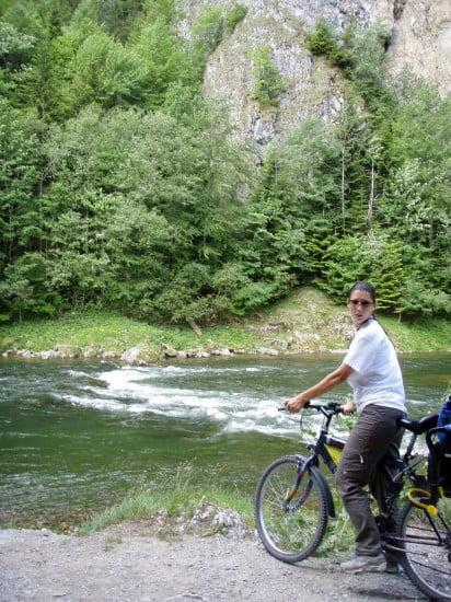 Bringát ne hagyd otthon! A folyó mellett kerékpárút vezet.