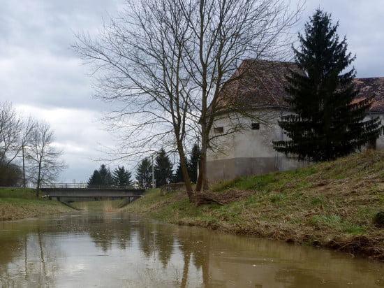 A Kerka hídja Lentinél. Innen már kenuval is el lehet indulni. Sőt, innen szinte már minden vízállásnál evezhető a patak.