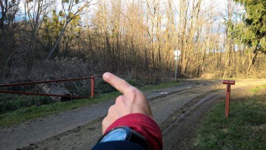 14,1 km-nél sorompó, itt balra, majd egyből jobbra.